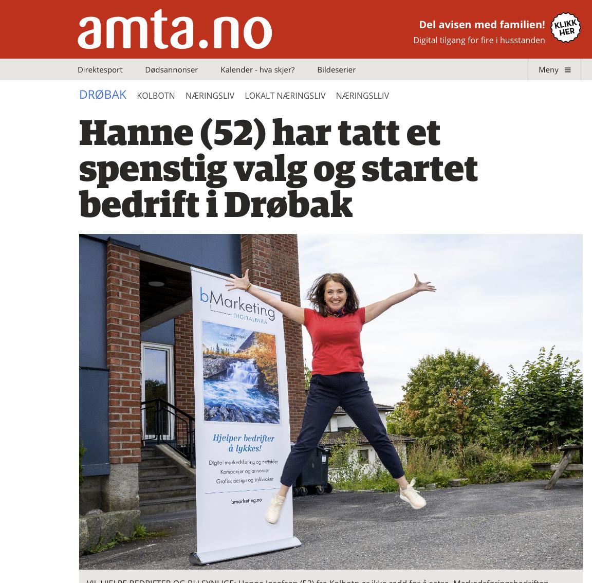 Hanne Josefsen hoppende foran bMarketing-skilt
